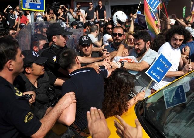 Enfrentamiento entre la policía antidisturbios turca y activistas en Estambul, junio de 2015. © OZAN KOSE/AFP/Getty Images